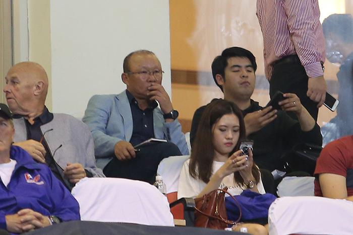 HLV Park Hang Seo có mặt trên khán đài sân Mỹ Đình xem theo dõi ĐTVN thi đấu. Ảnh: SN