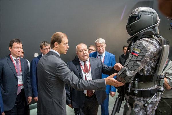 Chiếc đồng hồ bí ẩn trên bộ giáp chiến binh siêu đẳng Nga