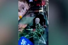 Du khách khóc thét khi kính lối đi cầu treo cao nghìn mét nứt toác