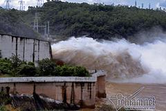 Kỷ lục: Hồ Hòa Bình mở 8 cửa xả lũ