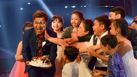 Lê Minh được mừng sinh nhật trên sân khấu