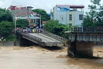 Mưa lũ: 20 người chết, sập cầu ở Yên Bái