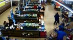Tên cướp choáng váng vì bị 1 khách hàng hạ gục trong siêu thị