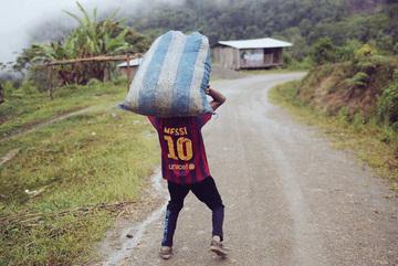 """Biếm họa Messi """"cõng"""" cả tuyển Argentina trên lưng"""