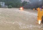 Ô tô bất ngờ bốc cháy giữa dòng nước lũ ở Hòa Bình