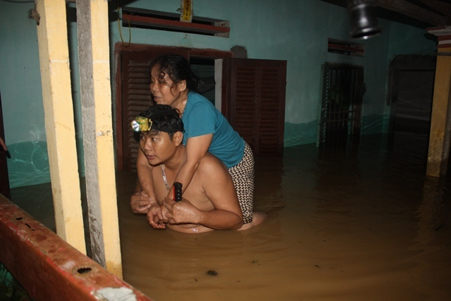 Nước ngập lút nóc nhà, trắng đêm di dời dân