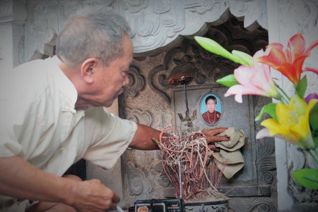 Ông lão 80 tuổi dựng 'vườn yêu' bên mộ vợ