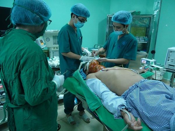 Người đàn ông câm điếc mang bướu cổ hơn 20 năm được phẫu thuật miễn phí