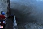 Đội đèn ngồi im lìm trên nóc nhà nhìn biển nước mênh mông - ảnh 13