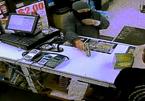 Mải vơ tiền, tên cướp bị giật mất súng