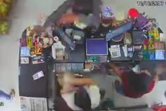 Đấu súng tại cửa hàng, tên cướp bị cảnh sát chìm hạ gục