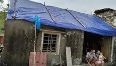 Chồng liệt một tay phụ vợ nhặt ngói vụn lợp nhà sau bão