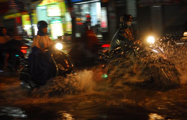 mưa lớn, ngập nặng, Siêu máy bơm, đường biến thành sông, Sài Gòn