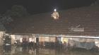 Đội đèn ngồi im lìm trên nóc nhà nhìn biển nước mênh mông