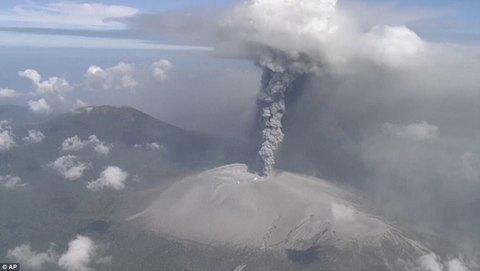 Núi lửa Nhật Bản 'thức giấc', phun tro bụi cao 2.000m