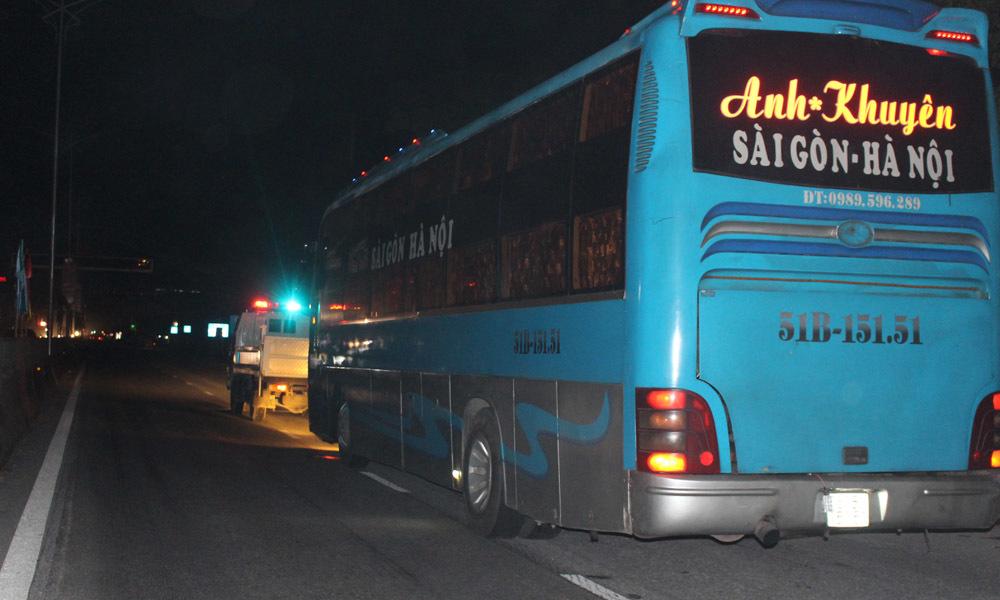 Tài xế dừng xe khách cố thủ 8 tiếng giữa quốc lộ 1A