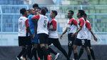 """Cầu thủ Indonesia đuổi, đánh trọng tài chạy """"bán sống, bán chết"""""""