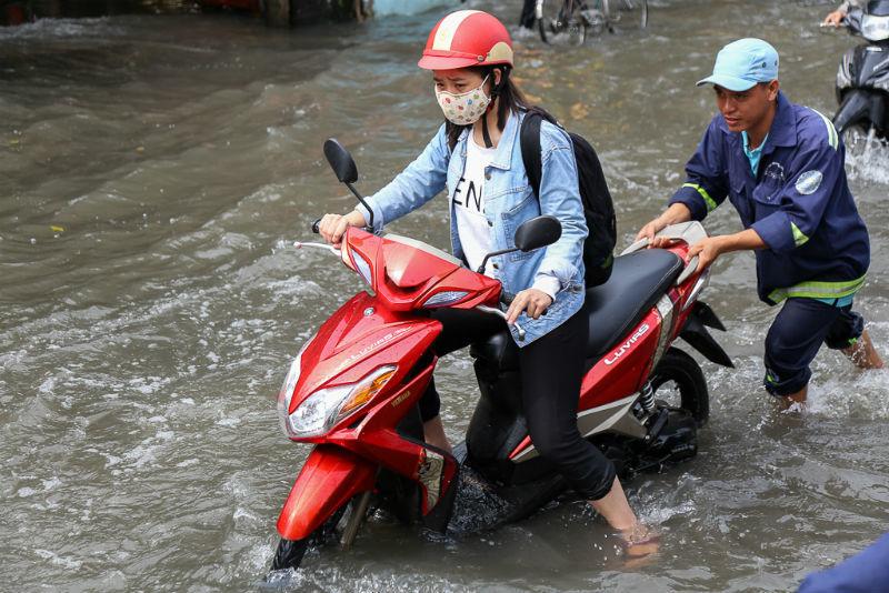 Ngàn người chôn chân trong 'biển nước', kẹt xe ở Sài Gòn