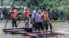 200 cảnh sát kéo bè giúp dân vượt lũ ở Hòa Bình