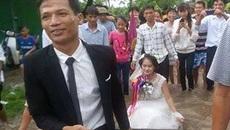 Chú rể cười tươi lội nước kéo thuyền chở cô dâu làm đám cưới