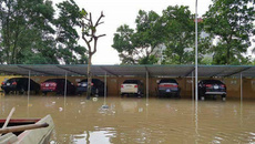 Giải cứu ô tô thoát lũ một cách ấn tượng ở Thanh Hóa