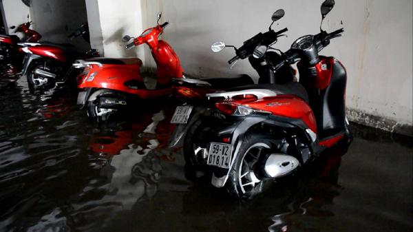 Hàng trăm ôtô, xe máy bị ngâm trong hầm ngập nước ở Sài Gòn - ảnh 7