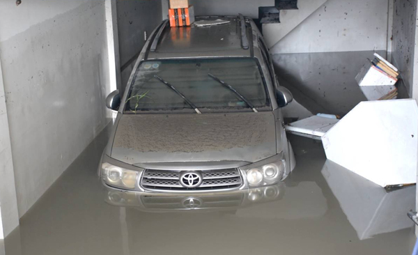 Hàng trăm ôtô, xe máy bị ngâm trong hầm ngập nước ở Sài Gòn - ảnh 6