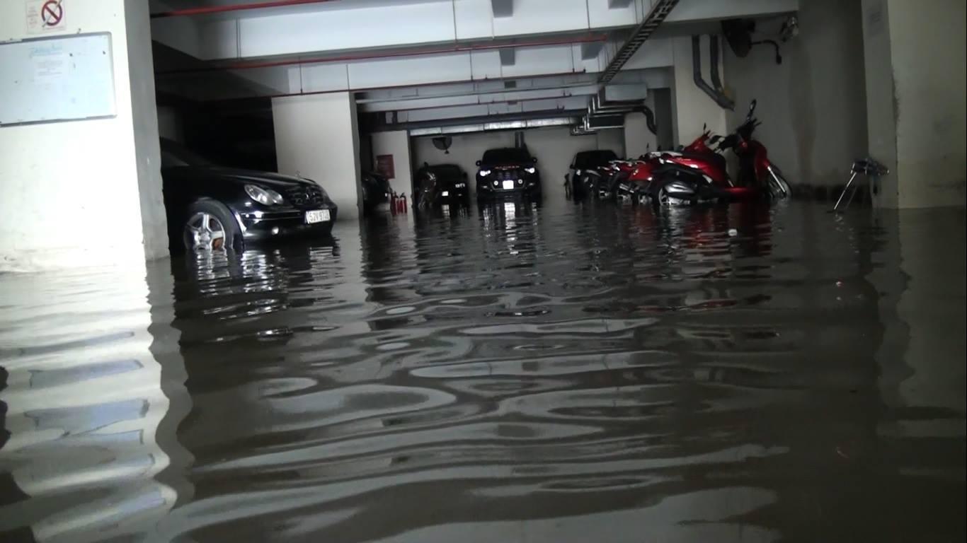 Hàng trăm ôtô, xe máy bị ngâm trong hầm ngập nước ở Sài Gòn - ảnh 2