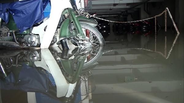 Hàng trăm ôtô, xe máy bị ngâm trong hầm ngập nước ở Sài Gòn - ảnh 5