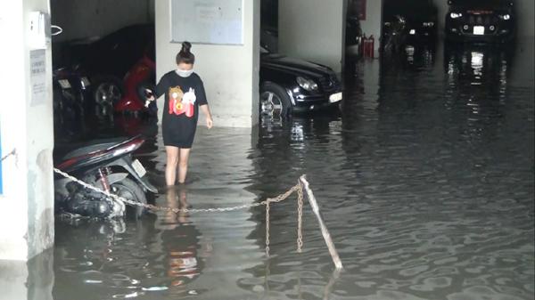 Hàng trăm ôtô, xe máy bị ngâm trong hầm ngập nước ở Sài Gòn - ảnh 4