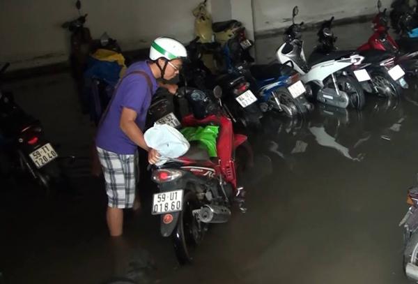 Hàng trăm ôtô, xe máy bị ngâm trong hầm ngập nước ở Sài Gòn - ảnh 8