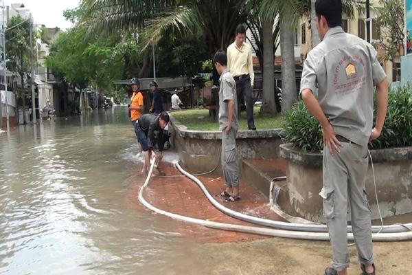 Hàng trăm ôtô, xe máy bị ngâm trong hầm ngập nước ở Sài Gòn - ảnh 3