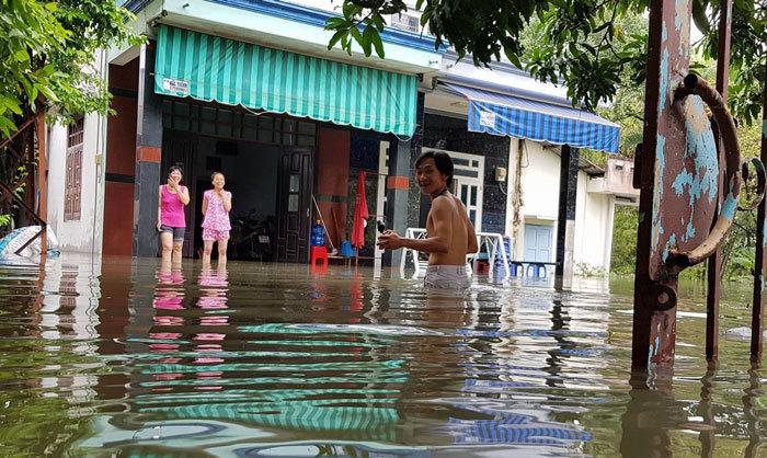 Hàng trăm ôtô, xe máy bị ngâm trong hầm ngập nước ở Sài Gòn - ảnh 11