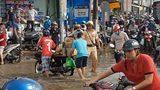 Hình ảnh cực đẹp về các chiến sĩ cảnh sát giao thông trong những ngày mưa bão