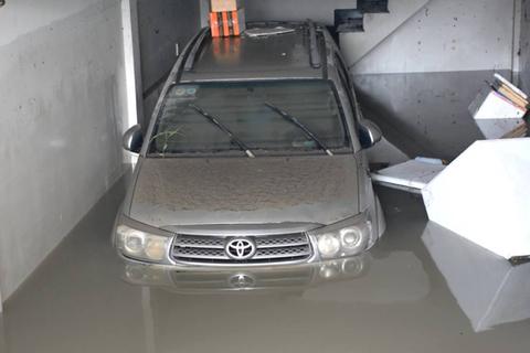Mưa lớn, nước cuồn cuộn từ bên ngoài tràn xuống chung cư Đông Hưng Thuận gây ngập nặng, nhấn chìm hàng trăm xe máy cùng nhiều ô tô…