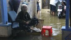 Người Sài Gòn kê ghế ngủ, bắt cá lúc nửa đêm trong nước ngập