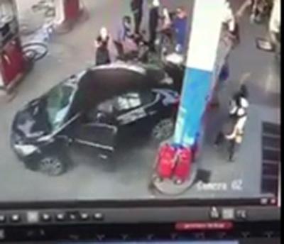 Tài xế lùi xe đâm đổ cây xăng cùng loạt xe máy và hành động gây bức xúc