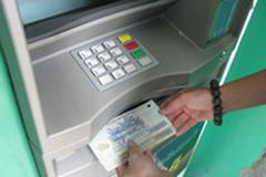 Làm gì khi bị ATM nuốt tiền?