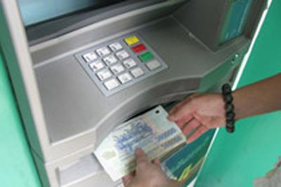 Làm gì khi bị ATM nuốt tiền