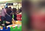 Video sốc: Phụ huynh lao vào đấm đá vì con tranh giành đồ chơi