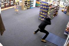 Tên cướp tháo chạy sau cuộc đấu súng chát chúa với chủ cửa hàng