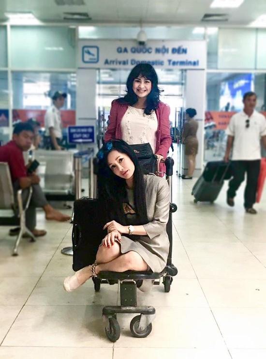 Thanh Lam nhí nhố đẩy Hồng Nhung trên xe chở hàng ở sân bay