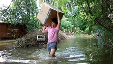 Nước chảy cuồn cuộn biến khu dân cư Sài Gòn thành 'ốc đảo'