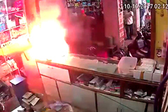 Smartphone phát nổ, cả nhân viên và khách hàng tháo chạy