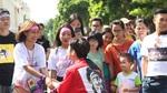 Cô gái quấn giấy kín người gây xôn xao phố đi bộ Hồ Gươm