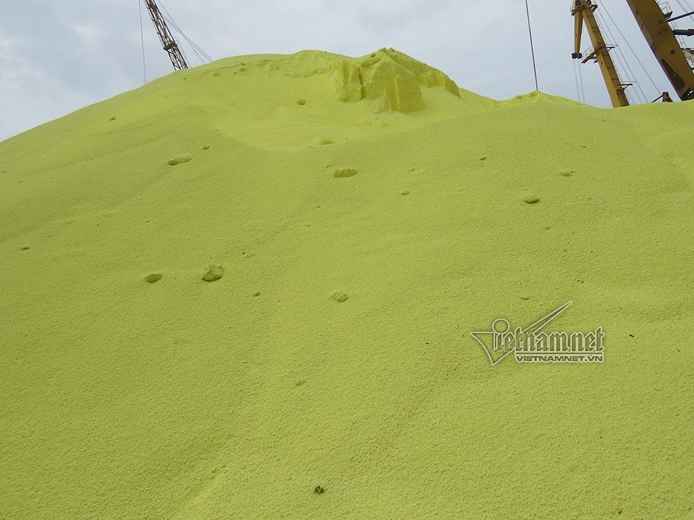 4 vạn tấn lưu huỳnh sừng sững tại cảng Hải Phòng