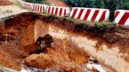 Lộ hố tử thần sâu hoắm trên quốc lộ sau mưa lũ