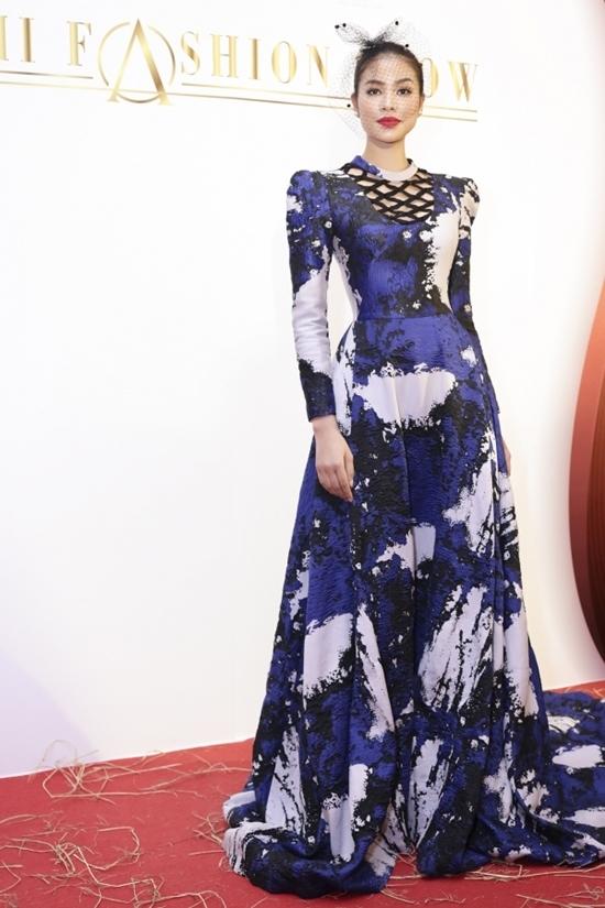 Phạm Hương quý phái, Angela Phương Trinh gợi cảm với đầm bó sát
