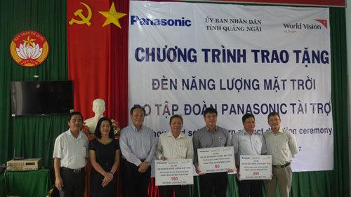 Panasonic tặng 1.200 đèn năng lượng mặt trời cho miền Trung