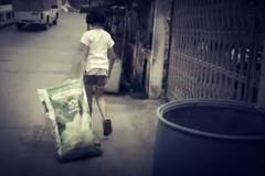 Không đi theo mẹ, cô bé 12 tuổi nhặt rác nuôi cha tàn phế suốt 5 năm